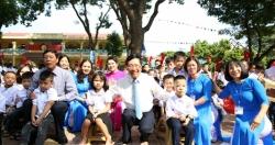 Phó Thủ tướng Phạm Bình Minh chung niềm vui ngày tựu trường với học sinh tỉnh Bắc Giang